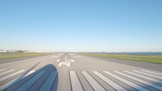 vídeos de stock e filmes b-roll de airplane take off (pov) - taking off