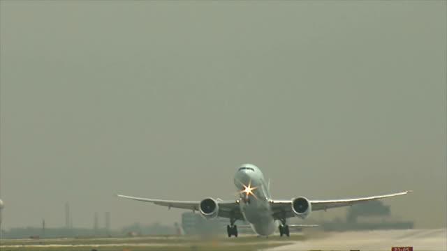 vídeos y material grabado en eventos de stock de avión de despegue en línea recta - ontario canadá