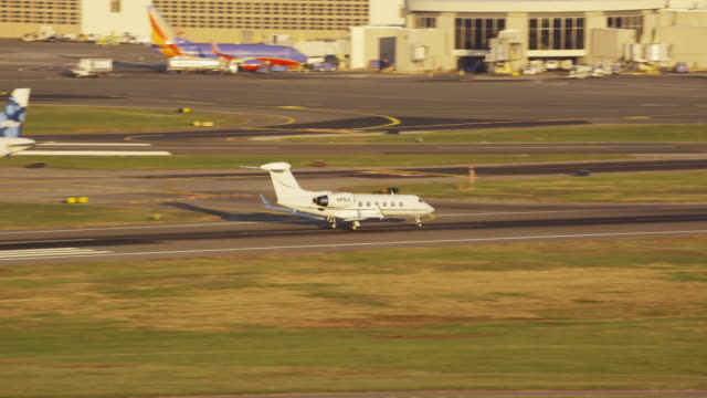 airplane taking off from ronald reagan washington national airport, dc daytime - ロナルド レーガン ワシントン国際空港点の映像素材/bロール