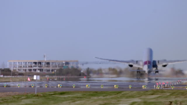 airplane taking off in super slow motion - montréal bildbanksvideor och videomaterial från bakom kulisserna