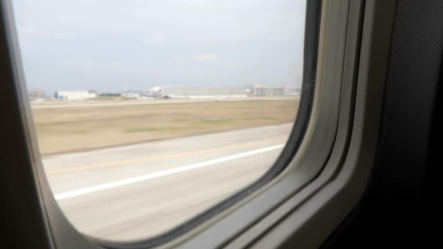 stockvideo's en b-roll-footage met vliegtuig opstijgen - start en landingsbaan