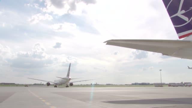 vídeos y material grabado en eventos de stock de airplane taking off - polonia