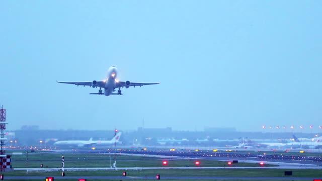 aereo che decolla - pechino video stock e b–roll