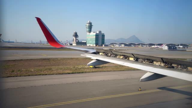 stockvideo's en b-roll-footage met 4k vliegtuig taxi op baan door het raam. - start  en landingsbaan