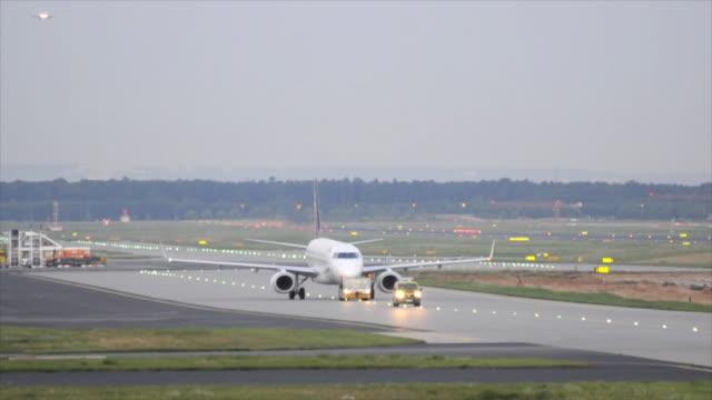 飛行機 taxied ランウェイでトラクターと管理車 - トラクター点の映像素材/bロール
