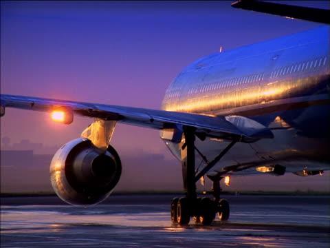 stockvideo's en b-roll-footage met airplane taxies on runway at sunrise - start  en landingsbaan