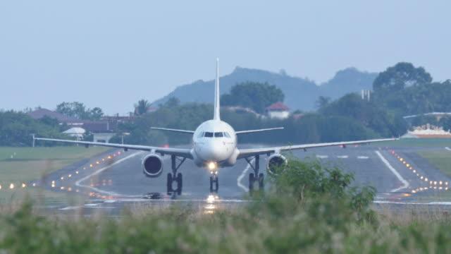 vídeos de stock e filmes b-roll de airplane taxiing on the runway. - veículo aéreo