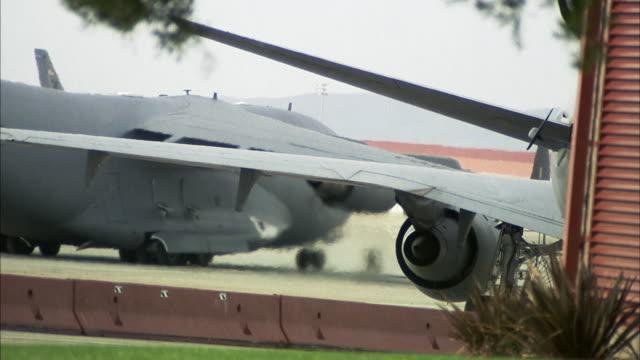 cu, airplane taxiing, travis air force base, fairfield, solano county, california, usa - luftwaffe stock-videos und b-roll-filmmaterial