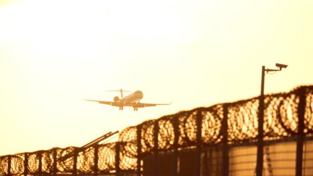 Vliegtuig aanraken neer bij zonsondergang