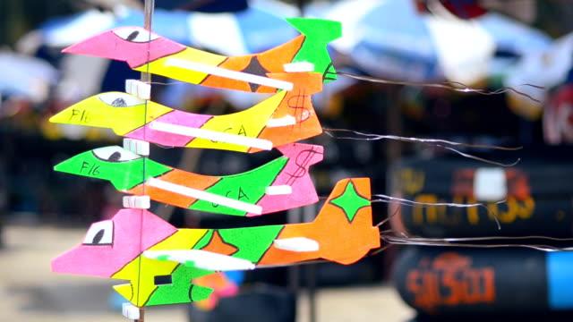vídeos de stock e filmes b-roll de avião de brinquedo na praia - modelo objeto