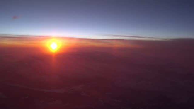 vídeos de stock e filmes b-roll de airplane view sunrise over european alps - rx