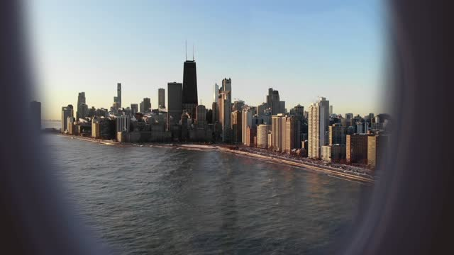 vidéos et rushes de airplane window view from passenger point of view of the chicago skyline. - aircraft point of view