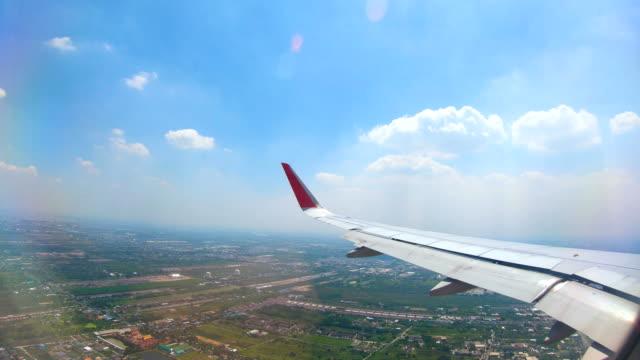 地球の風景と雲の上を飛んで飛行機ウィンドウ ビュー - 航空宇宙産業点の映像素材/bロール