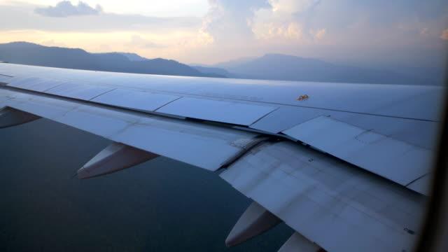 flugzeugflügel und himmelsansicht aus dem fenster - fensterrahmen stock-videos und b-roll-filmmaterial