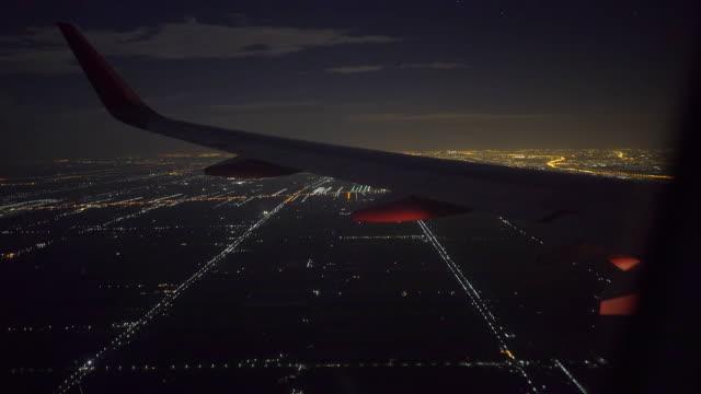 vídeos de stock, filmes e b-roll de asa de aeronave em voo noturno - asa de aeronave