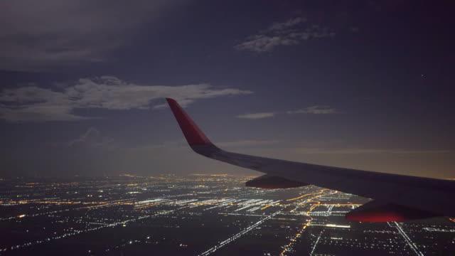 vídeos de stock, filmes e b-roll de asa de aeronave em voo noturno - dentro