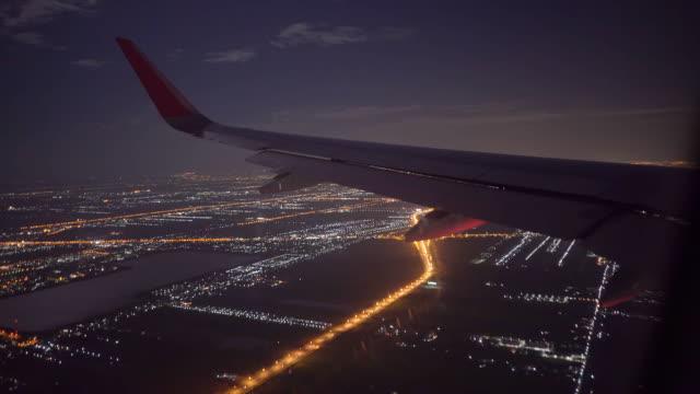Flugzeug Flügel in Übernachtung Flug