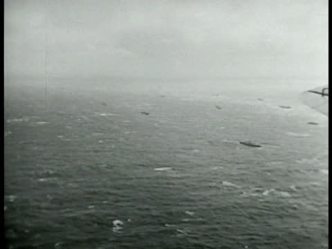 vidéos et rushes de airplanes flying in threeship cluster formation shaped like arrow head imperial japanese navy fleet on ocean us allied pilot in airplane us diver... - 1942