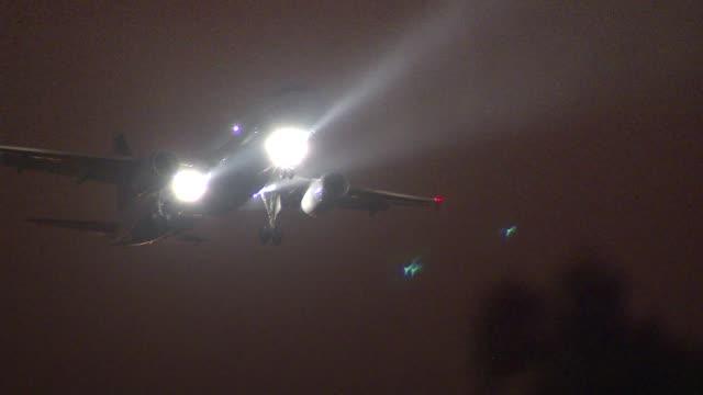 vídeos de stock e filmes b-roll de airplanes in the sky at night on november 05, 2013 in chicago, illinois - torre de controlo de tráfego aéreo