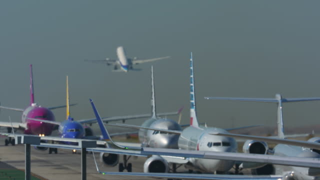 airplanes line-up for takeoff - taxiing stock videos & royalty-free footage