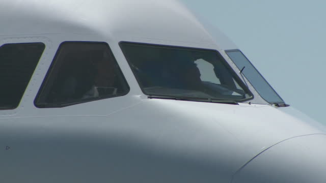 ktla airplanes on lax airport runway - air vehicle stock videos & royalty-free footage