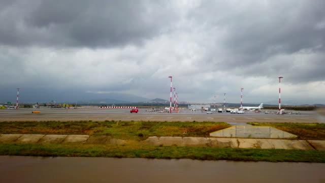 vídeos de stock e filmes b-roll de airplanes parked at large airport - acidente de avião