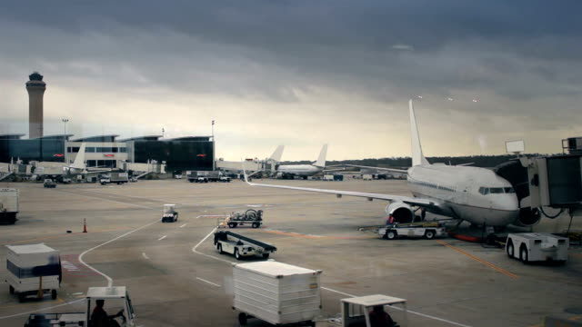 stockvideo's en b-roll-footage met airplanes parked at large airport - commercieel landvoertuig