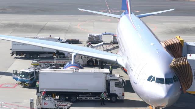 空港に駐機している飛行機