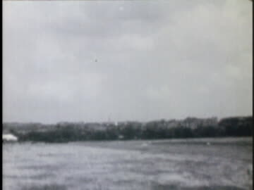 vidéos et rushes de airplanes take off, then land during the berlin airlift. - 1948