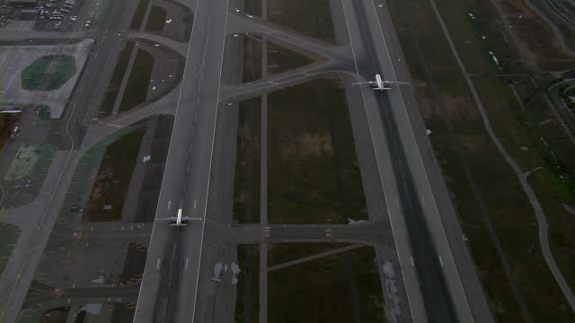 vidéos et rushes de airplanes taxi on runways at lax - jour