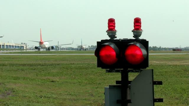 flugzeug auf der startbahn rollen in einer reihe - airbus stock-videos und b-roll-filmmaterial