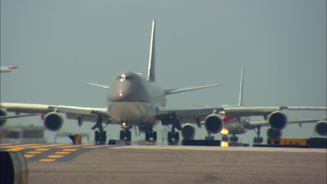 vidéos et rushes de ms, airplanes taxiing on tarmac, los angeles international airport, los angeles, california, usa - macadam