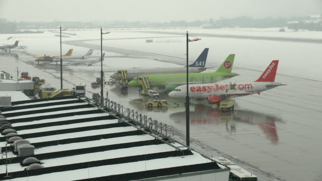 airplanes waiting in the snow, - north tirol stock videos & royalty-free footage