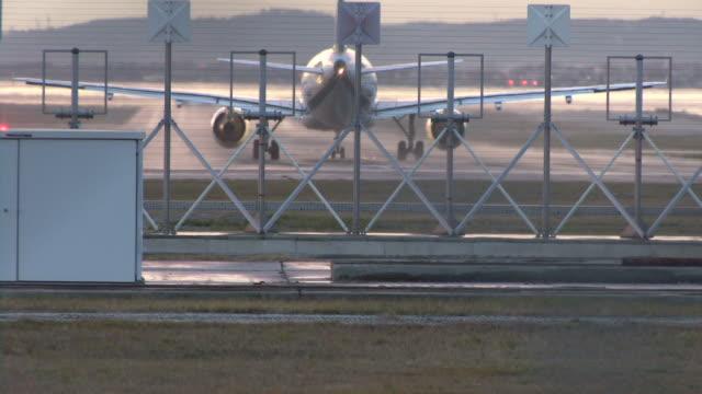 hd: airplane.takeoff/décollage - avion stock-videos und b-roll-filmmaterial