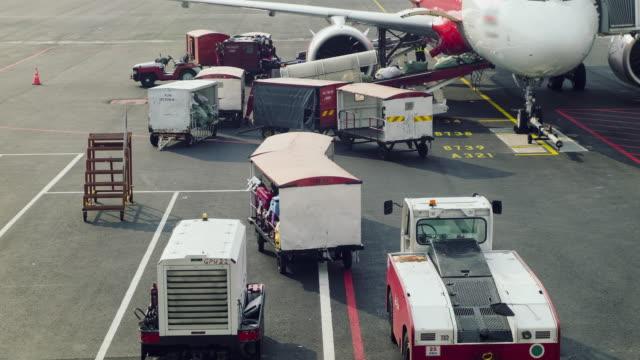 飛行機、航空貨物物流空港 4 K 低速度撮影貨物積付け