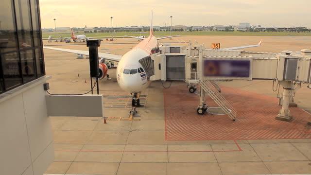 vídeos de stock, filmes e b-roll de aeroporto ao pôr do sol - estação