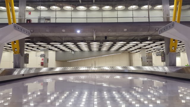 airport baggage carousel - standbildaufnahme stock-videos und b-roll-filmmaterial