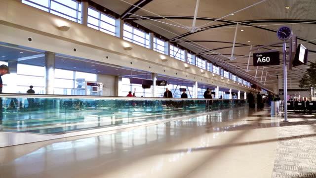 vídeos y material grabado en eventos de stock de sala de embarque del aeropuerto pasando por el monorriel de futurista - detroit michigan