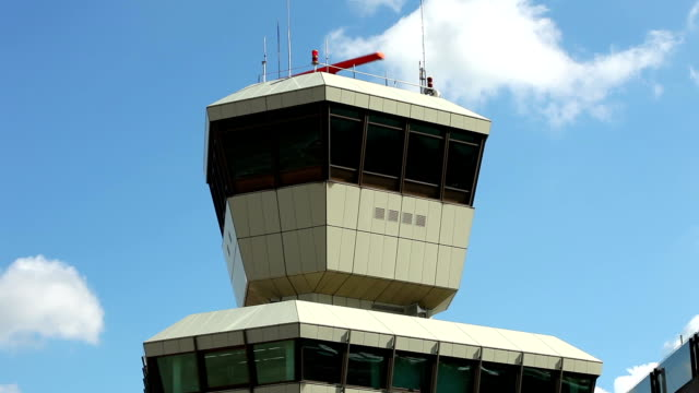vídeos y material grabado en eventos de stock de airport-primer plano de una torre de radar - torre de control de circulación aérea