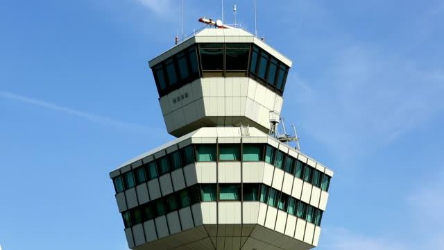 vídeos y material grabado en eventos de stock de aeropuerto, torre de control - torre de control de circulación aérea