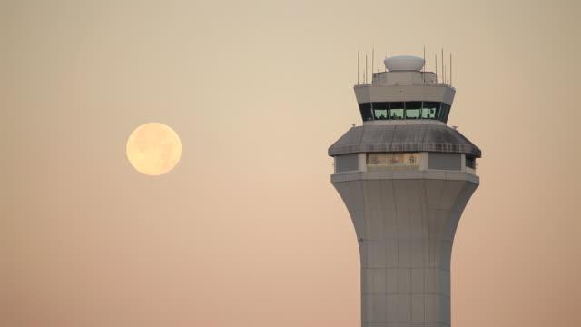 vídeos y material grabado en eventos de stock de aeropuerto, torre de control de alta definición con luna - torre de control de circulación aérea