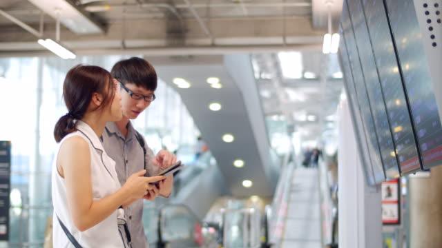 空港発を携帯電話でチェック - 門点の映像素材/bロール