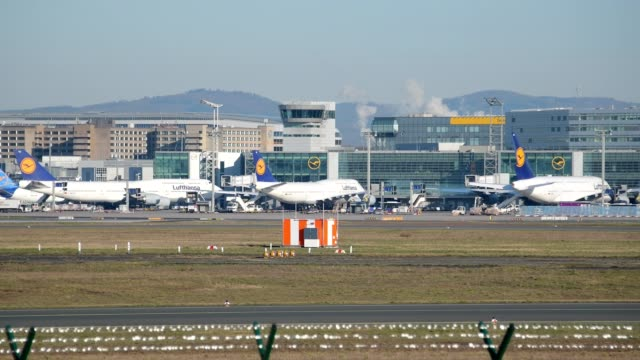 vidéos et rushes de airport during the corona crisis, frankfurt am main, hesse, germany - limite