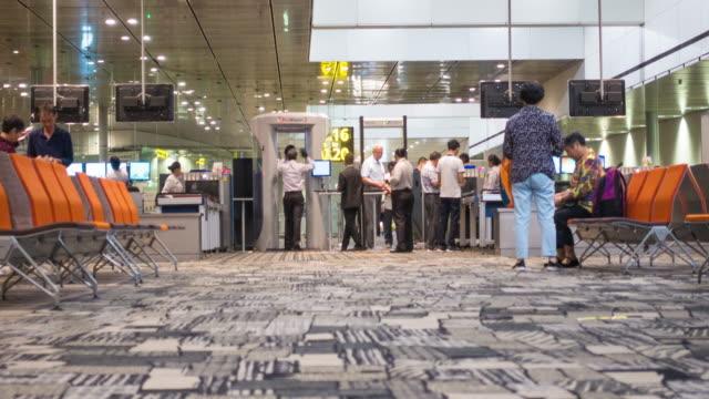 4k tl: airport entrance - metal detector sicurezza video stock e b–roll