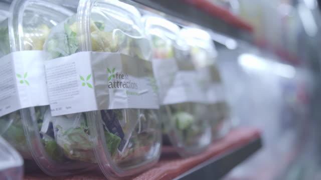 vídeos de stock, filmes e b-roll de airport food - los angeles - contéiner de plástico
