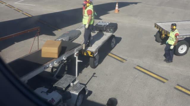 vidéos et rushes de airport ground crew loading the luggage. - valise