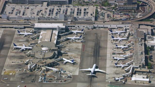 aeroporto aerial in california, stati uniti - pista di atterraggio video stock e b–roll
