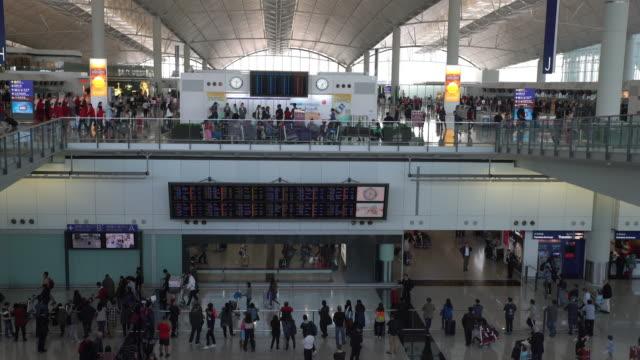 airport interior / hong kong, china - digital skyltning bildbanksvideor och videomaterial från bakom kulisserna