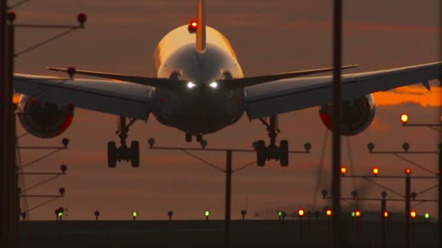 vídeos de stock e filmes b-roll de airport landing with dramatic sunset sky - aeroporto internacional de los angeles