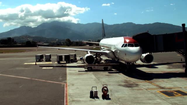 vídeos de stock e filmes b-roll de aeroporto de carga - alfalto